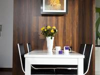 Jadalnia: nowoczesne meble i praktyczna dekoracja