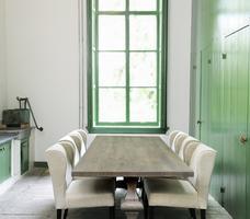 Stół drewniany do jadalni rustykalnej. Aranżacja wiejskiej jadalni