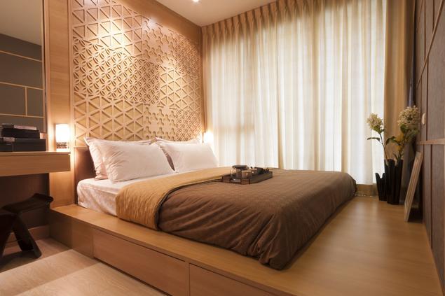 Jak urządzić sypialnię? Minimalistyczna sypialnia drewniana