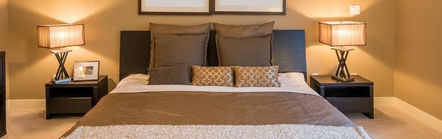 Beżowa sypialnia z belkami pod sufitem – elegancka aranżacja wnętrza